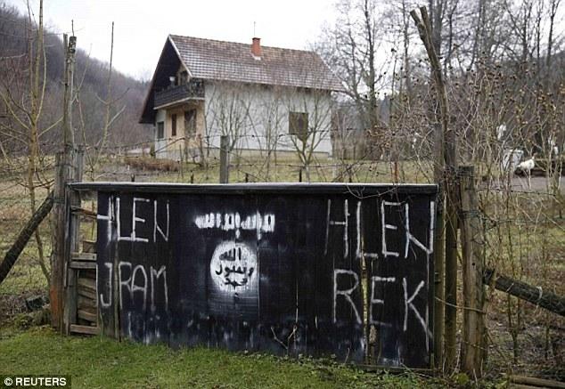 La bandera reconocible Estado Islámico se muestra en la entrada de Gornja Maoca en Bosnia-Herzegovina