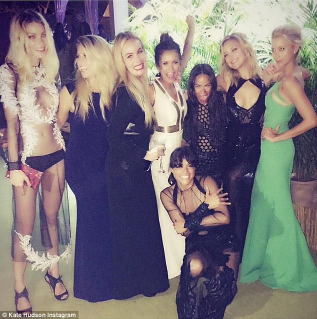 Ela está lá também!  Kate Hudson (segundo da direita) fez uma entrada secreta para a festança como mais tarde ela postou um piscar de olhos divertimento de si mesma com seus amigos do showbiz no Instagram