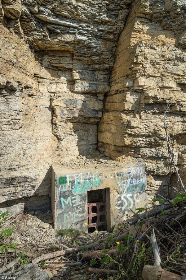 Uma chaminé de ventilação nas colinas de Thuringia: Os nazistas escavaram quilômetros de túneis, usando a mão de obra de prisioneiros de guerra.