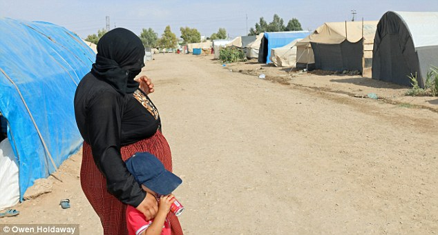 Gratis: Bohar y su hijo menor Hamo están ahora a salvo en un campo de refugiados en Irak después de escapar de las garras de ISIS