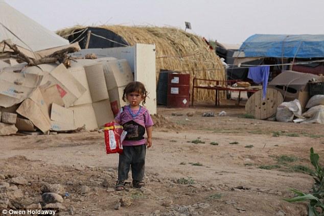 Evil: Una niña en el campo de refugiados en Dohuk, donde están detenidos Bohar y su hijo.  La hija mayor de Bohar fue vendida a un hombre mayor en uno de los mercados de esclavos en Raqqa.  En la foto: Un niño no identificado en el campo