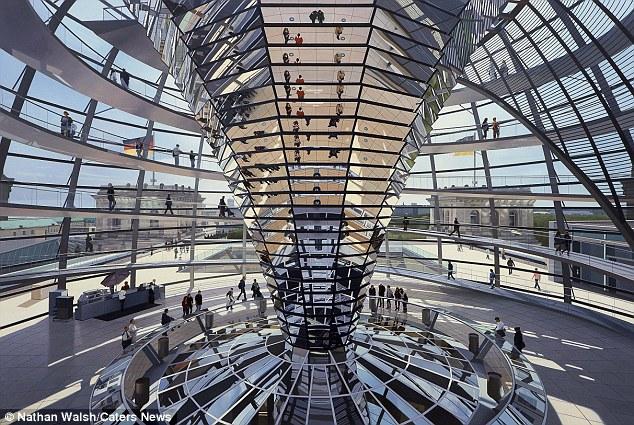 Obras de Nathan vai estar em exibição em outubro como parte de um show do grupo intitulada Pinturas Cityscape: Olhando de fora para dentro.  Esta imagem da Cúpula do Reichstag em Berlim é incrível