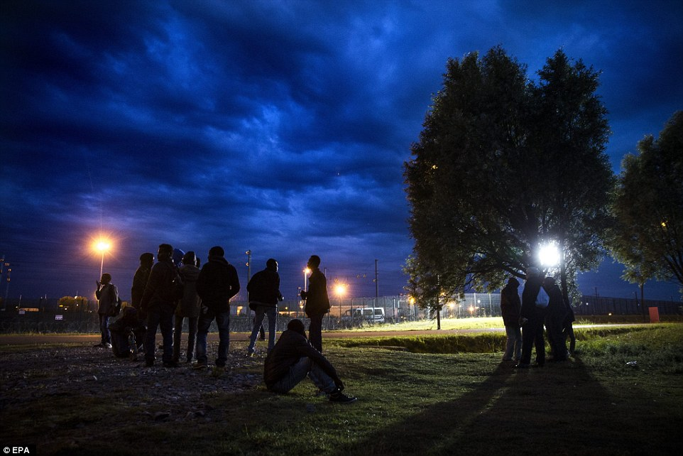 Un gran grupo de migrantes esperó la oportunidad de cruzar las vallas que llevan a las pistas Túnel del Canal