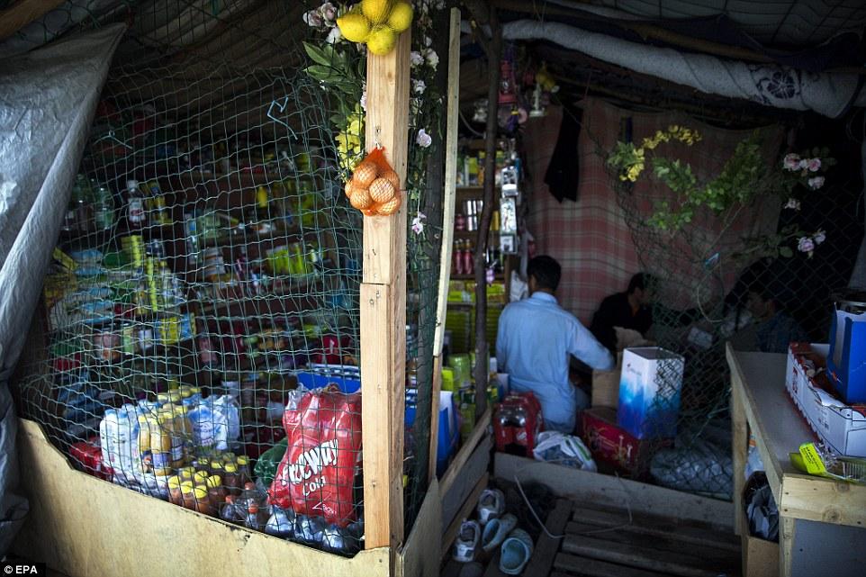 Pop-up shop: El campamento, conocido como 'La Selva' - en la que más de 3.000 migrantes están actualmente alojados - también tiene sus propias tiendas de conveniencia, puesta en marcha y dirigido por uno de los migrantes, que vende de todo, desde refrescos y alimentos secos para tarjetas SIM, maquinillas de afeitar y agua