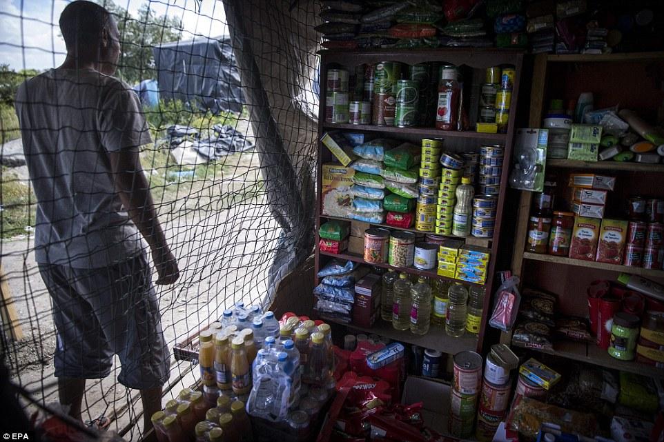 Raciones: Alimentos deshidratados, conservas, agua embotellada y refrescos, maquinillas de afeitar y tarjetas SIM pueden ser comprados en la tienda improvisada en el campamento