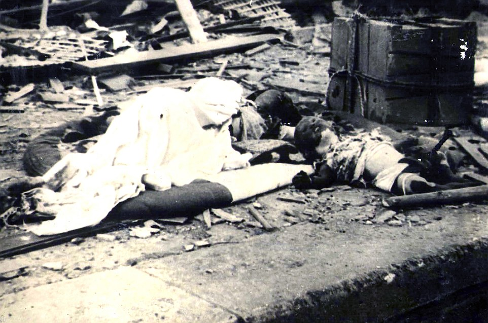 Morir: Las fotografías inquietantes se cree que han sido tomadas poco después del ataque, hace 70 años hoy