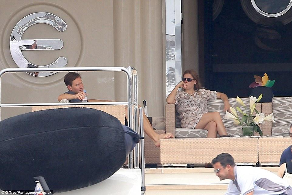 Oásis flutuante: Princesa Beatrice e seu namorado Dave Clark foram vistos relaxando em uma das plataformas de Eclipse de Abramovich