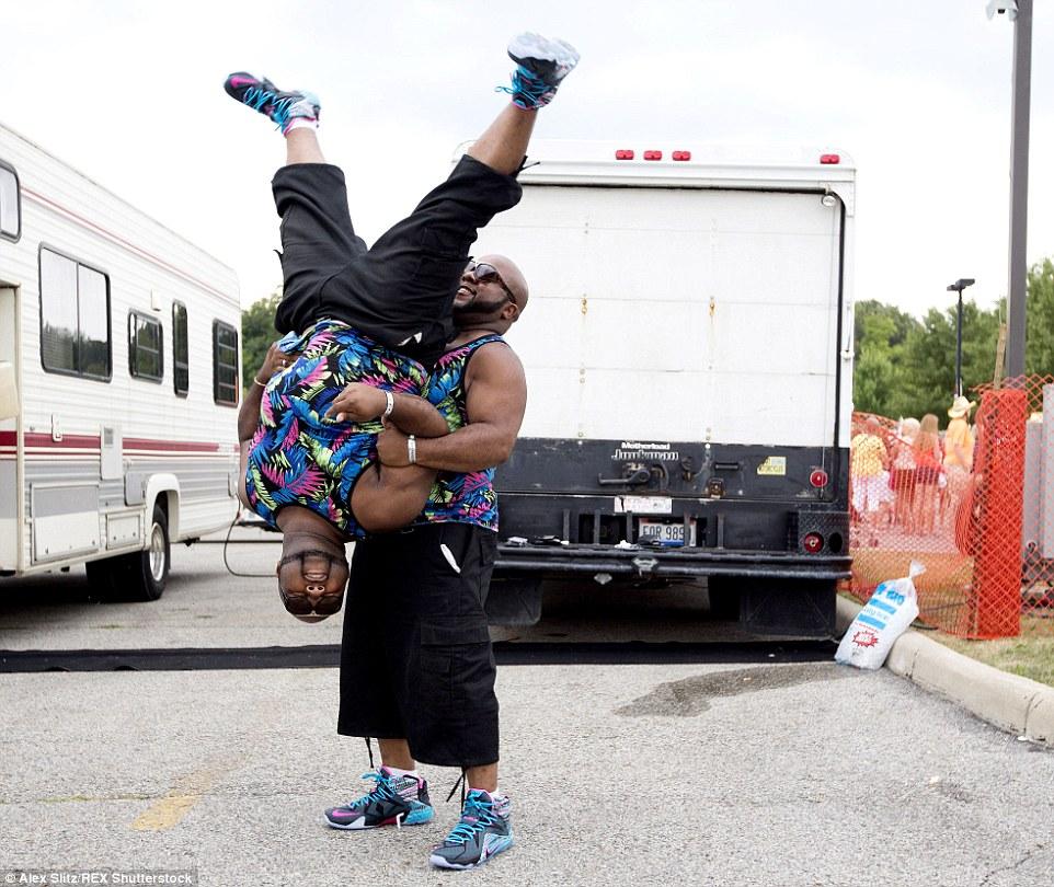Rebentando um movimento: Ryan Marshall e seu irmão gêmeo Bryan Marshall, tanto de Cleveland praticar algumas acrobacias para o desfile