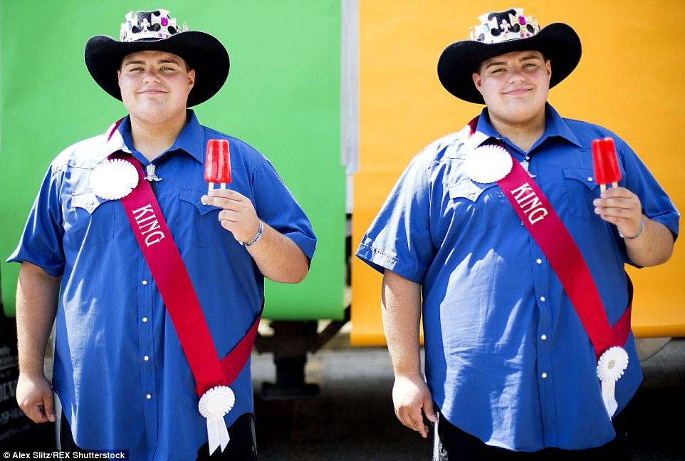 Cooling off: Spencer Nick e seu irmão gêmeo Skylar desfrutar de picolés idênticos no maior encontro de gêmeos no mundo