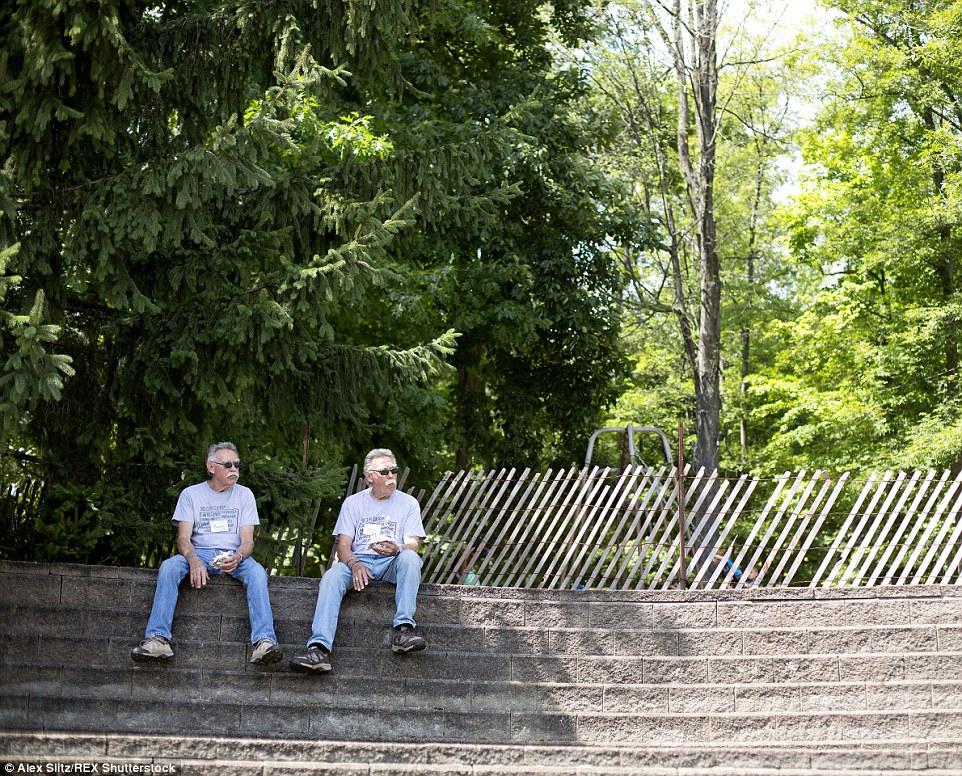 Descansando em torno durante o almoço: Jim Mazurkiewicz e seu irmão John desfrutar de uma pausa das festividades no sábado