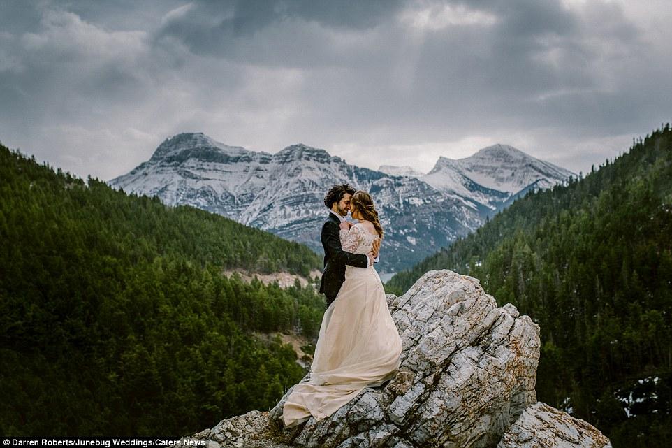 Este casal escolheu Waterton Lakes National Park, nas Montanhas Rochosas canadenses, como um cenário pitoresco para suas fotos do casamento