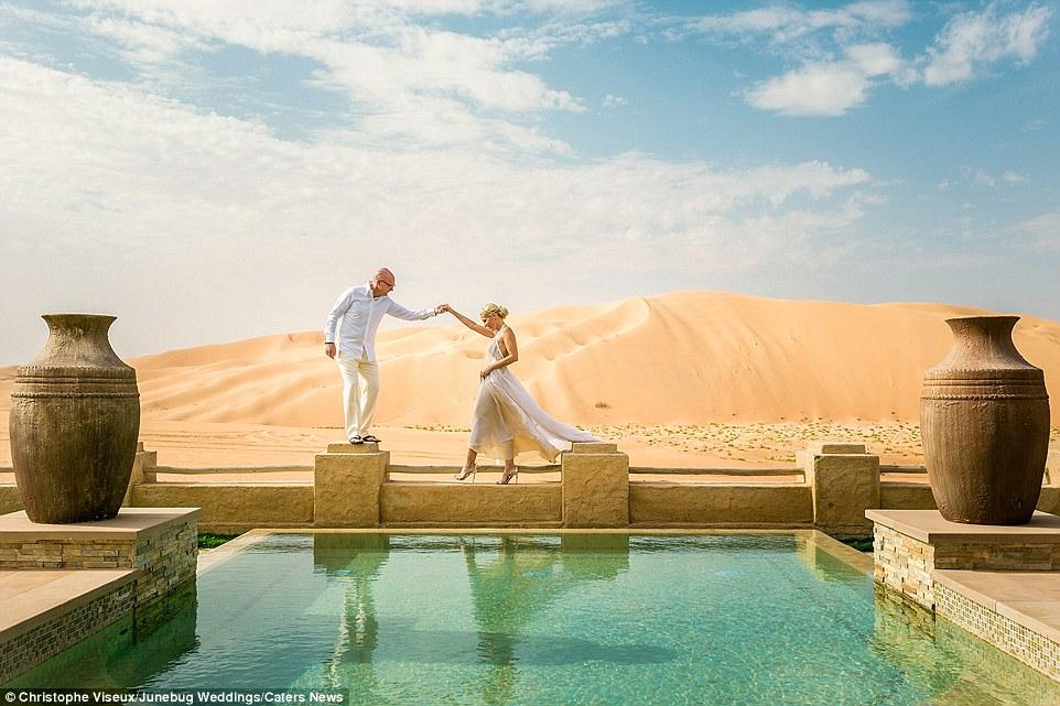 Este casal escolheu o deserto deslumbrante em Abu Dhabi, Emirados Árabes Unidos, como o cenário para seus retratos de casamento