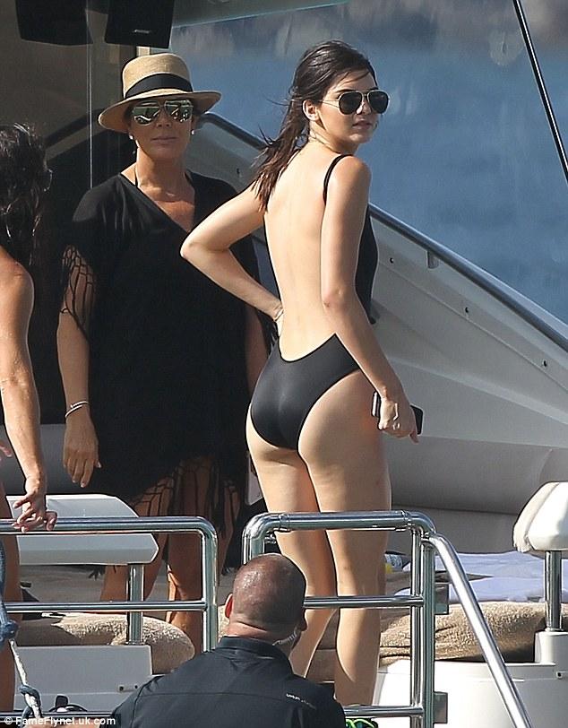 Perilaku Model: Kendall Jenner, 19, memamerkan tubuh yang telah membuatnya salah satu yang paling dicari setelah model di dunia, dalam pakaian backless mandi hitam pada perjalanan perahu keluarga di St Barts