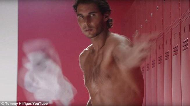 Vezmeme to všetko von: Rafael hodil spodnú bielizeň na kameru, ktorý sa úplne vyzliekol, predtým, než zakryl s uterákom
