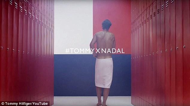 """Spolupráca: Fotoaparát držal španielsku hviezdu, keď odchádzal z šatne, zachytil stenu natretú logom Tommyho Hilfigera a na obrazovke blikal nápis """"TommyXNadal""""."""