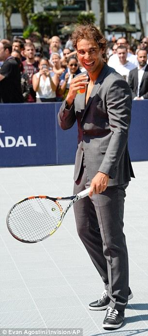Štáty vyzliecť: Rafael pracoval až pot, keď predvádzal svoje zručnosti na ihrisku, a rýchlo stratil tlačidlo dole a kravatu