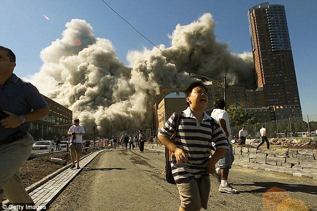 Los peatones huir como la Torre Norte del World Trade Center se derrumba después de un avión secuestrado golpeó el edificio de 11 septiembre de 2001 en la ciudad de Nueva York