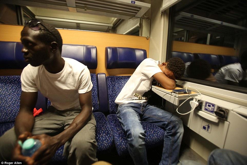 Travelling Light: El único documento legal que Ibrahim (izquierda) tuvo que entregar en su viaje a través de Italia fue su billete de tren a Munich, Alemania