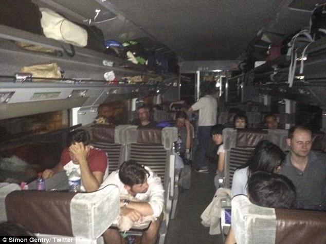 Ningún poder: los pasajeros frustrados a bordo de un tren Eurostar varados compartió imágenes de la gente tratando de dormir en sus asientos en tono carruajes negros durante la noche