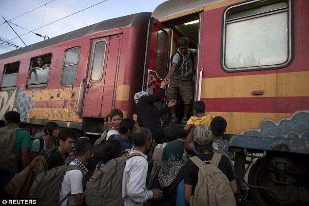 Migrantes bordo de un tren después de cruzar la frontera entre Macedonia griega cerca de Gevgelija, Macedonia, ayer