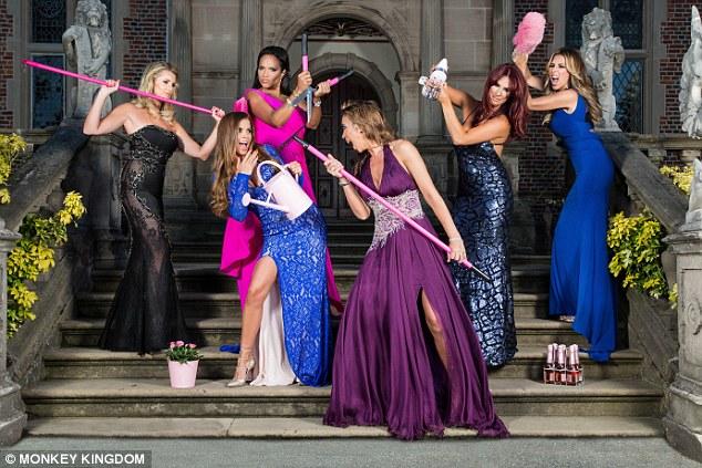 Certamente eles têm um jardineiro?  Na foto da esquerda, Leanne Brown, Tanya Bardsley, Magali Gorre, Ampika Pickston, Lauren Simon e Dawn Ward piada ao redor com suas ferramentas