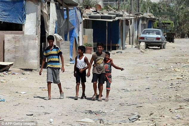 El gobierno está haciendo hincapié en sus esfuerzos se centrarán en ayudar a las personas que viven en campos de refugiados en Siria.  Niños sirios juegan en un campo de refugiados no oficial en la norteña ciudad libanesa de Trípoli, al norte de la capital Beirut