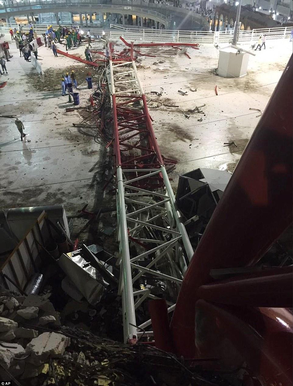 La grúa cayó en el lado este de la mezquita, con la sección superior de la estructura de estrellarse a través del un techo en el tercer piso