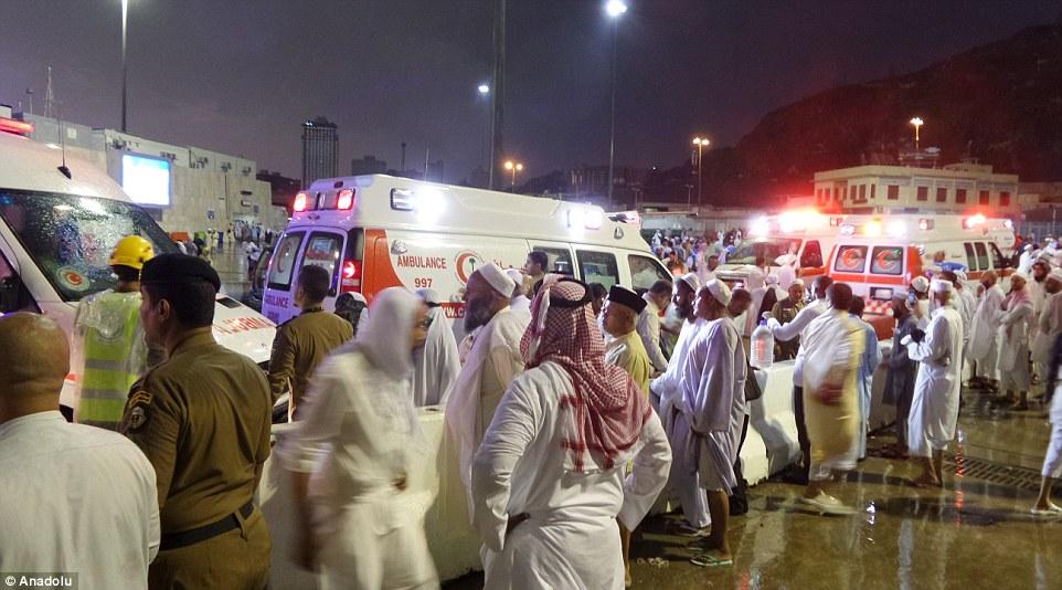 Intento desesperado por salvar vidas: Las ambulancias se reúnen en la plaza de la Gran Mezquita, mientras cientos de heridos de las personas se llevan a cabo