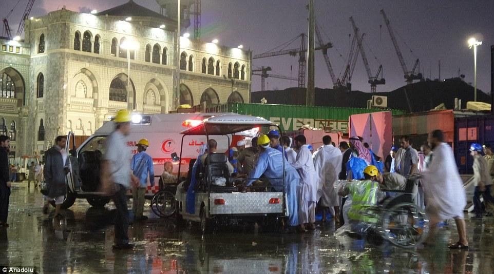 Respuesta de emergencia: La Defensa Civil Arabia dice los equipos de búsqueda y rescate y trabajadores médicos de la Media Luna Roja de Arabia están en la escena