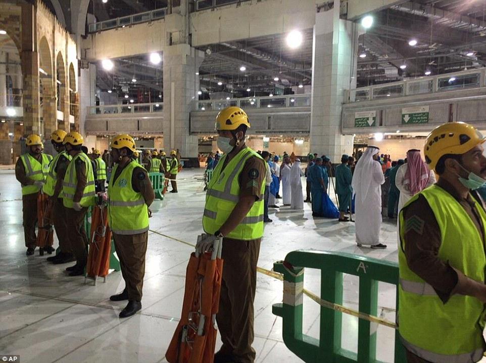 El área dentro de la mezquita, donde la grúa se estrelló a través del techo está acordonada por los trabajadores