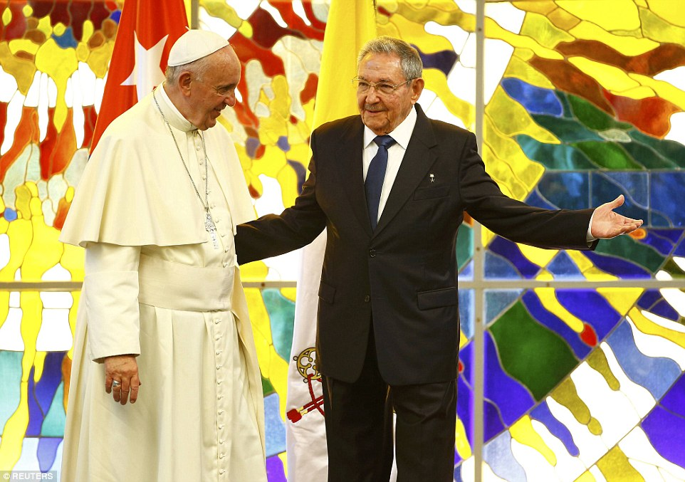 Pope Francis is welcomed by Cuba's current president, Raul Castro, during in the Revolution Palace in Havana, Cuba, September 20, 2015.     REUTERS/Tony Gentile