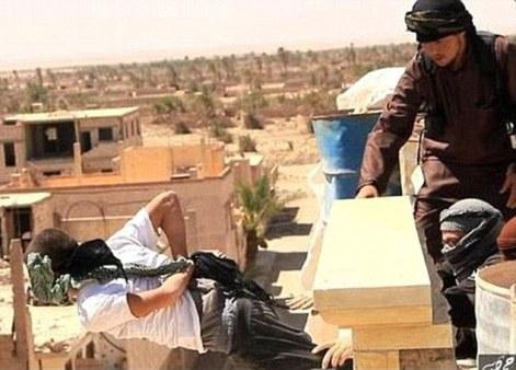 Atrocidad: ISIS ha ejecutado públicamente nueve hombres y un niño en Siria por ser gay (foto de archivo del presunto homosexual que es lanzado fuera del techo)