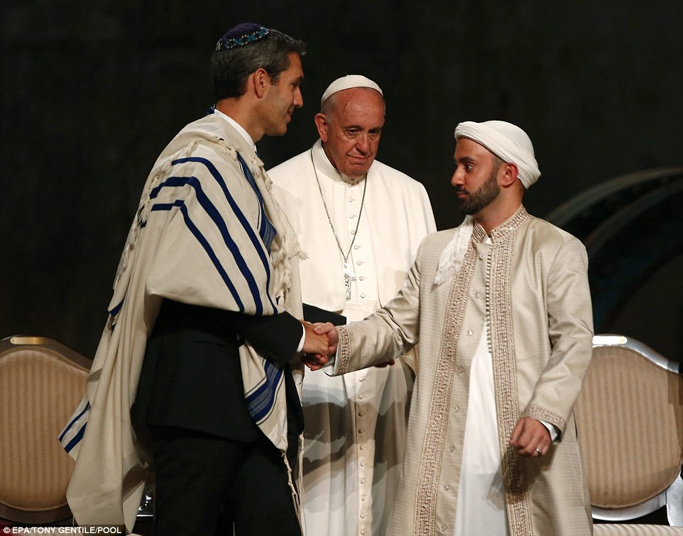 https://i0.wp.com/i.dailymail.co.uk/i/pix/2015/09/26/06/2CC3827D00000578-3249600-Pope_Francis_center_watched_as_Rabbi_Elliot_Cosgrove_left_shook_-a-72_1443245975077.jpg