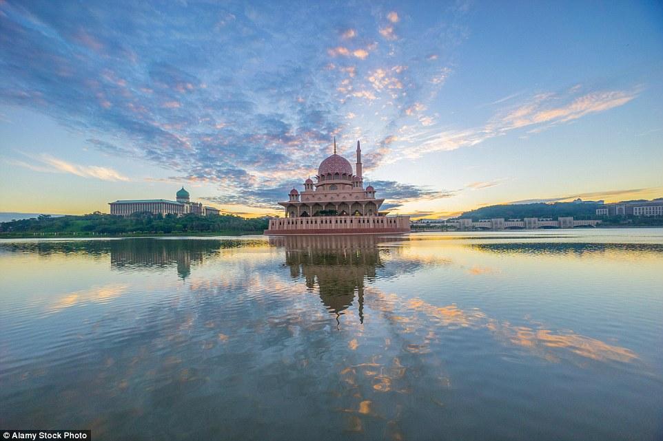 Proporções épicas: A mesquita Putra abobadado rosa e branco na Malásia tem espaço para 15.000 fiéis, com o seu design influenciado pela arquitetura Safavid do Irã.  Visitantes não muçulmanos são bem-vindos fora de tempos de oração, enquanto eles estão vestidos adequadamente