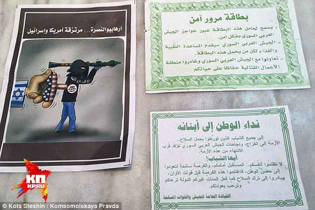 Terrible advertencia: Los folletos (en la foto) se redujo en aviones de Rusia advierten a la gente a salir de la zona de 'operaciones especiales' - y uno implica que el grupo terrorista Al-Nusra Frente están respaldados por Estados Unidos e Israel