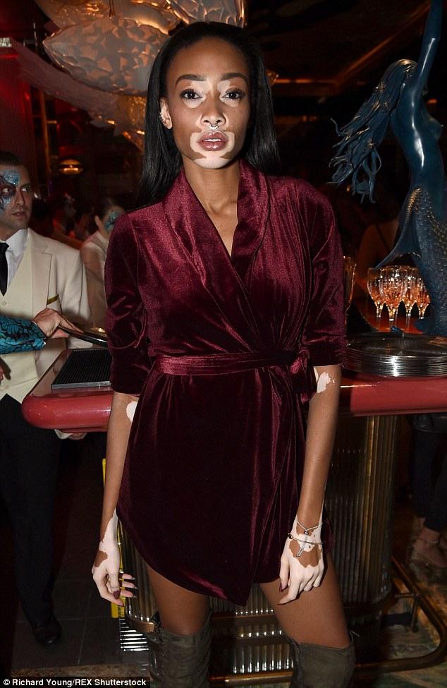Top model: O mundo da moda foi lançado em vigor como modelo du jour, Winnie Harlow participaram do evento ao olhar sensacional em um wrap dress de Borgonha com um par de khaki camurça joelho botas altas
