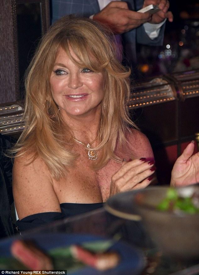 Beleza clássica: A veterana atriz Goldie Hawn, que está no Reino Unido depois de conseguir um emprego em Loose Women, brilhou a carne em um top off-a-ombro e jóias de ouro pesado