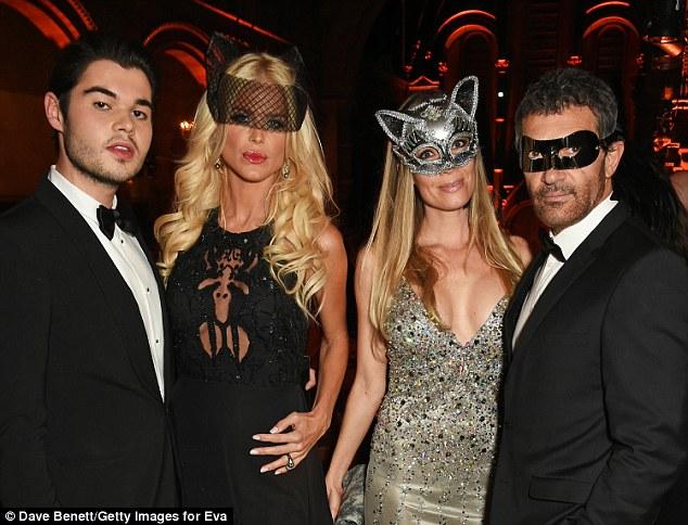 Amigos famosos: O casal sai com (à esquerda) Robin Cavalli e Victoria Silvstedt na noite