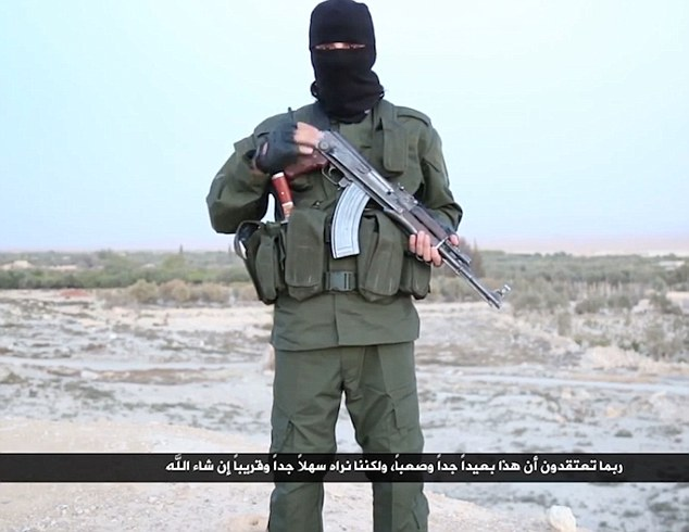 """En el video escalofriante, una militantes ISIS apretones un rifle y habla amenazadoramente a la cámara advirtiendo cómo el grupo terrorista erradicará la """"enfermedad"""" del judaísmo del mundo"""