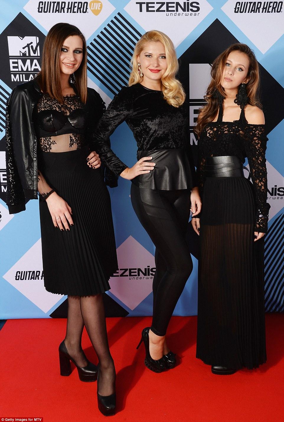 Sorte para alguns: emazing Tezenis olhar Vencedores do Concurso (LR) Anna Tchakeva, Suana Djulic e Daria Bykhovskaia posar para uma foto