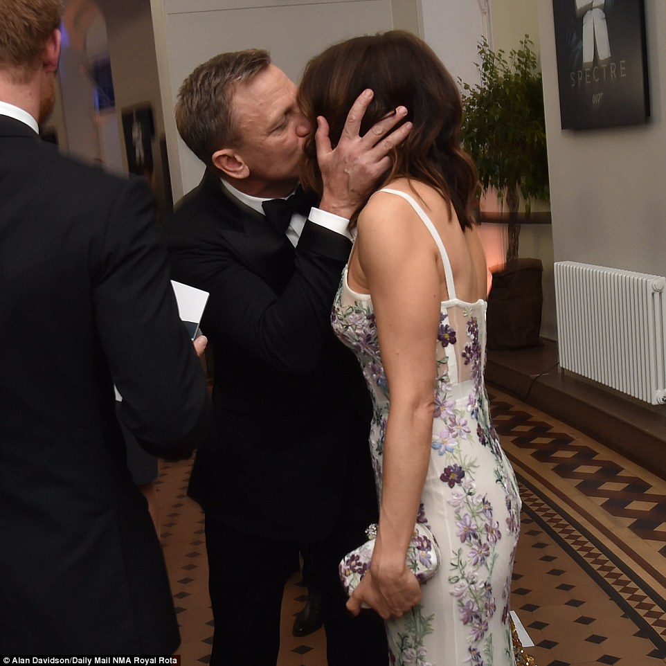His real leading lady! The James Bond star planted a big kiss on his beautiful wife Rachel Weisz
