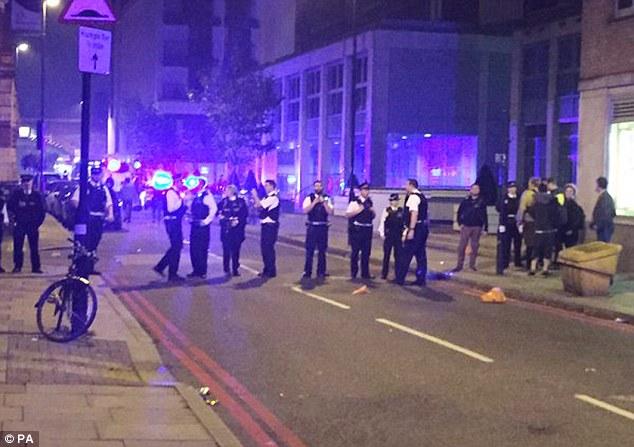 Cierre: La policía finalmente rompió la violencia a las 6 de esta mañana, pero se quedó en la escena para mover a la gente desde el delirio