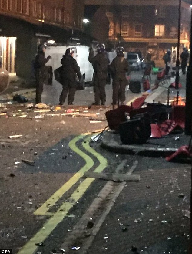 Consecuencias: Las calles de Lambeth, al sur de Londres, estaban esparcidos con sillas, botellas rotas y los escombros después de ravers ilegales enfrentaron con la policía