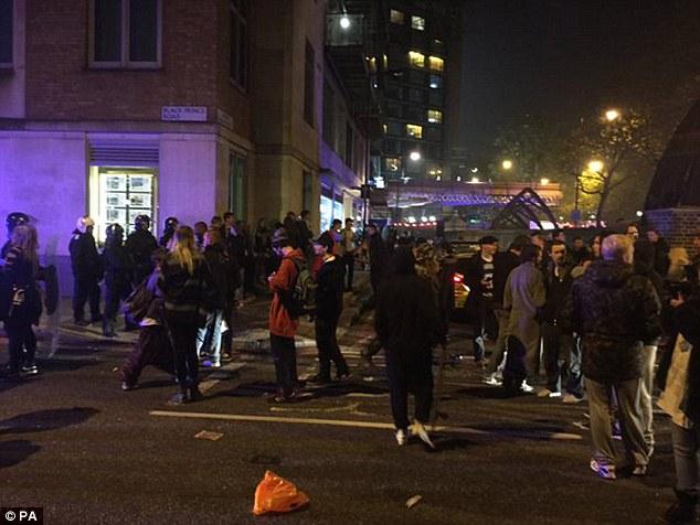 Un número de juerguistas fueron detenidos y al menos cuatro policías sufrieron heridas leves cuando trataban de freno