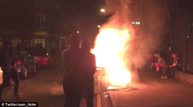 Blaze: Un video impactante de la violencia mostró ravers ilegales estableciendo un contenedor en llamas y que chocan con los escudos de la policía antidisturbios