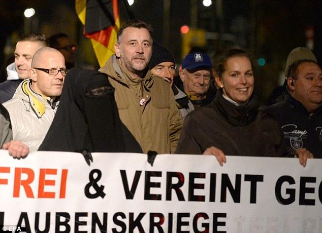 La fiscalía ha abierto una investigación sobre el fundador del grupo Lutz Bachmann (en la foto, centro, en la chaqueta marrón) por difamación después de que él comparó el ministro de Justicia al jefe de propaganda Joseph Goebbels de Hitler en el mitin en Dresde
