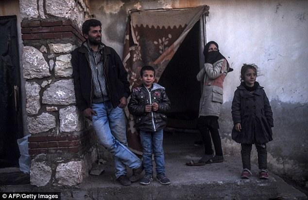 Migrantes y refugiados en un centro de vacaciones desierta en Cesme, Turquía, mientras esperan para cruzar a la isla griega de Quíos el martes