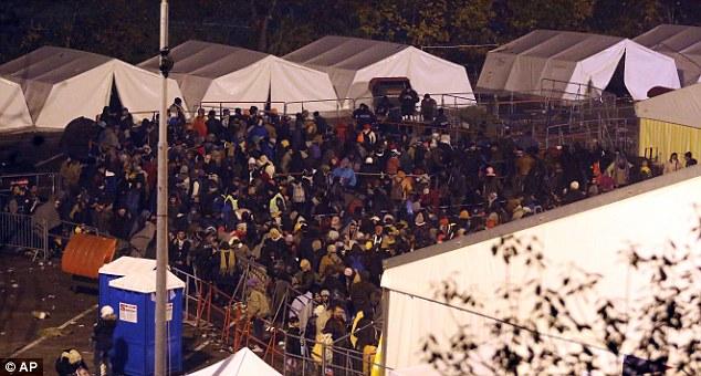 Cientos de migrantes esperaron pacientemente en la zona al aire libre ya que las temperaturas se desplomaron la noche del martes