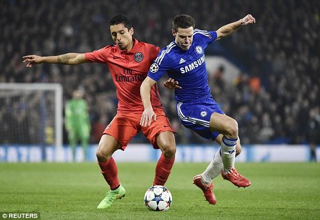 Défenseur du PSG Marquinhos défie Cesar Azpilicueta de Chelsea lors de la réunion de la saison dernière