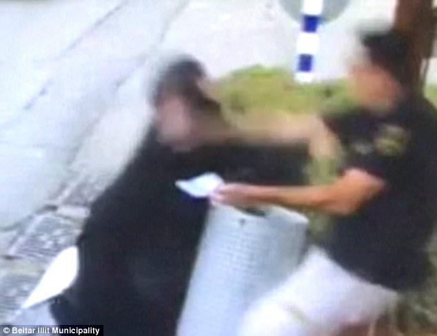 El guardia, que fue nombrado localmente como Yishai Kreitenberger, de 33 años, logró escapar con heridas leves